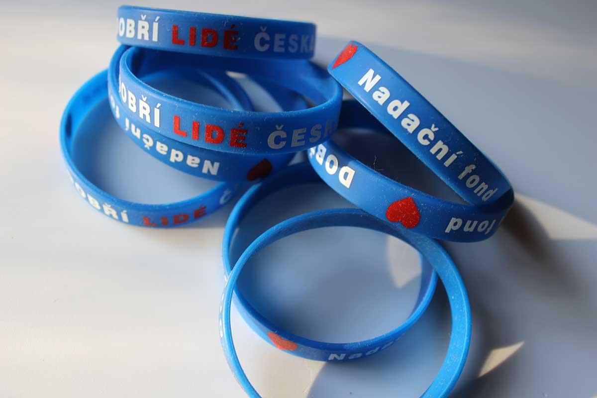 Nadační náramek Dobří lidé Česka na ruku
