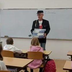 Tomáš Bursa předává adventní kalendáře